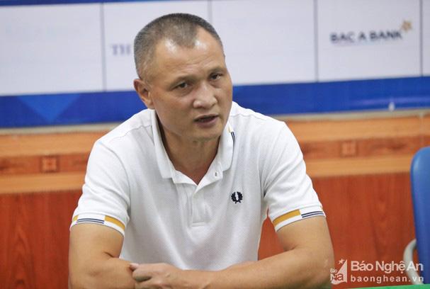 HLV Ngô Quang Trường của SLNA không hài lòng với quyết định rút thẻ đỏ của trọng tài đối với hậu vệ Thái Bá Sang.