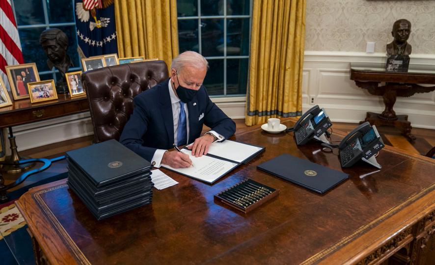 Ông Biden loại bỏ khỏi văn phòng thứ từng gắn bó không thể thiếu của ông Trump trong Nhà Trắng - Ảnh 3.