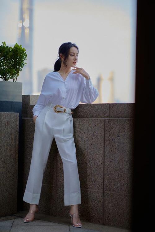 Gu thời trang màu trắng tôn dáng eo thon của Địch Lệ Nhiệt Ba - Ảnh 4.