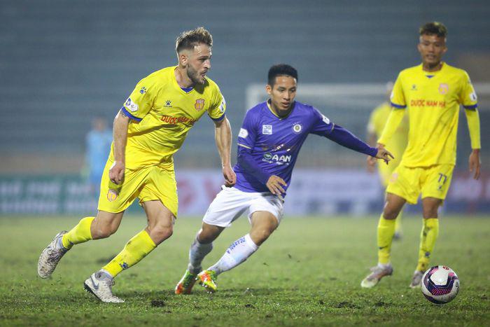 Ngoại binh Gramoz đã lập cú đúp trong trận Nam Định thắng Hà Nội FC 3-0.