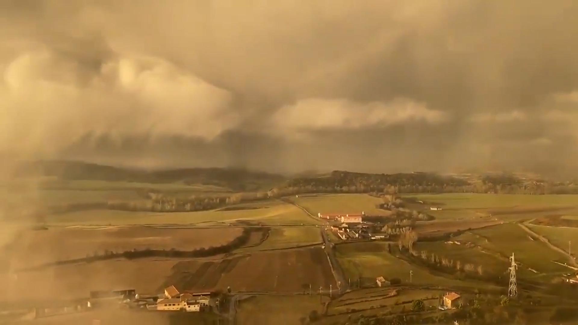 """Đám mây bão kỳ lạ trông như """"ngày tận thế"""" bao phủ Catalonia (Tây Ban Nha) - Ảnh 3."""