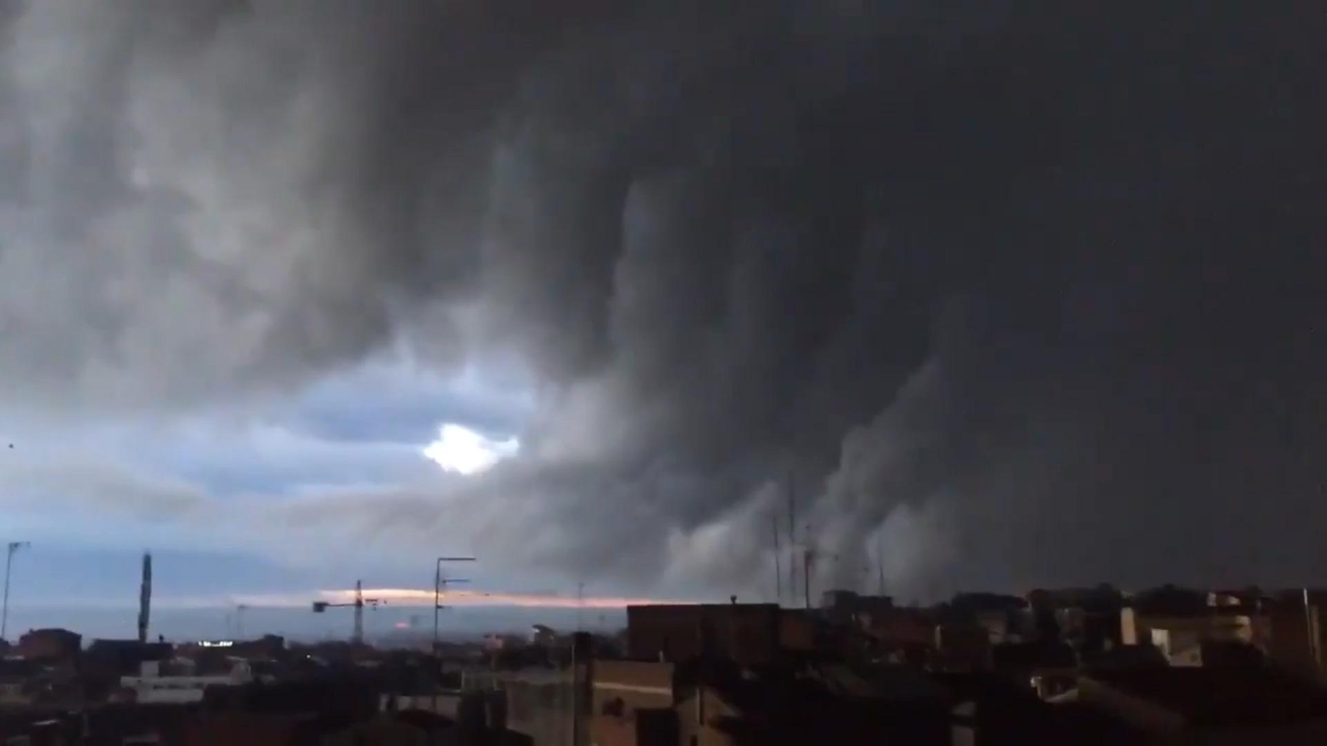 """Đám mây bão kỳ lạ trông như """"ngày tận thế"""" bao phủ Catalonia (Tây Ban Nha) - Ảnh 2."""