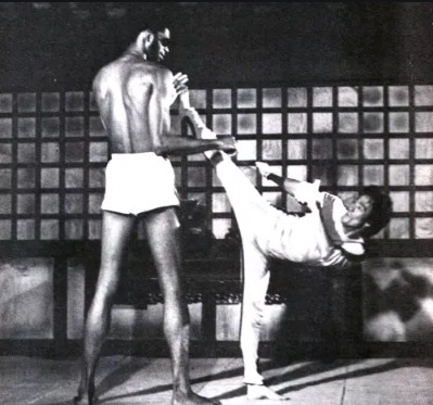 Lý Tiểu Long từng siết cổ giết chết siêu sao bóng rổ cao 2m18 - Ảnh 3.