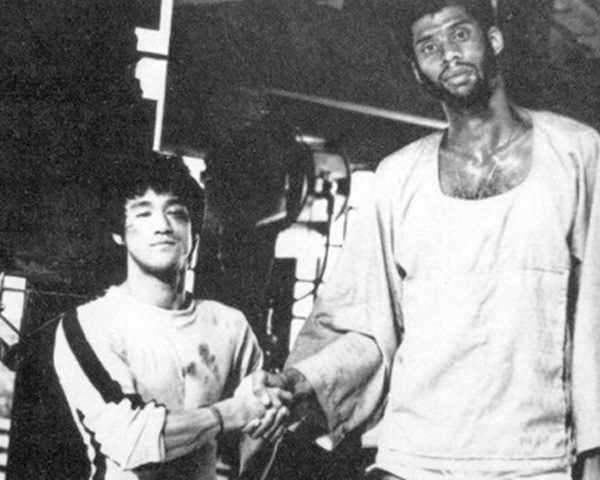 Lý Tiểu Long từng siết cổ giết chết siêu sao bóng rổ cao 2m18 - Ảnh 4.