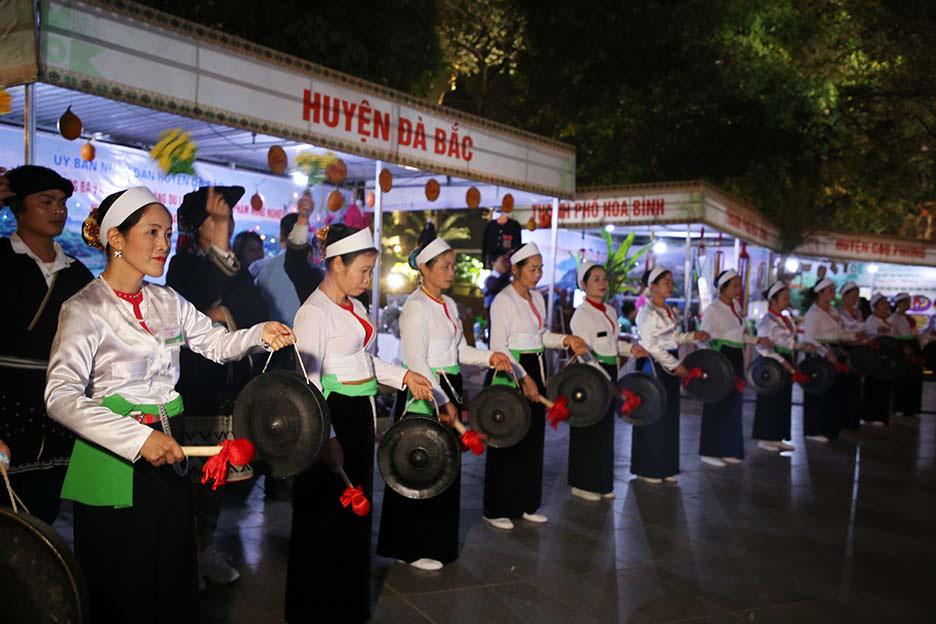 Khán giả bất ngờ với màn diễu hành nghệ thuật Chiêng Mường tại Hà Nội - Ảnh 4.