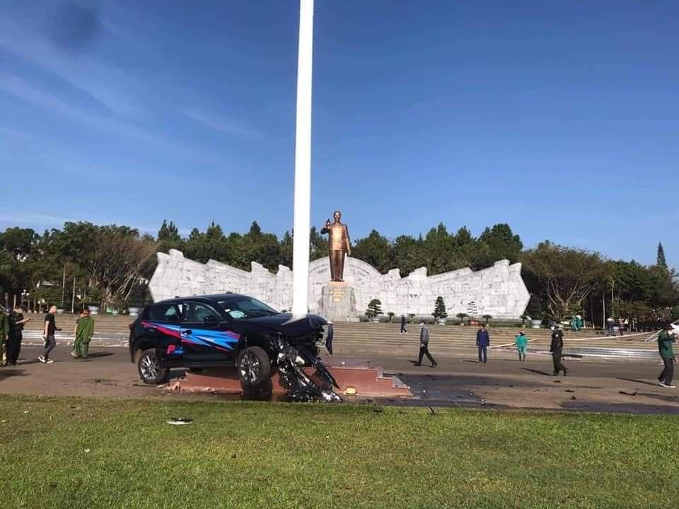 Ô tô lao vào Quảng trường ở Gia Lai: Người gây tai nạn là Giám đốc Công ty Phong Thiên - Ảnh 1.
