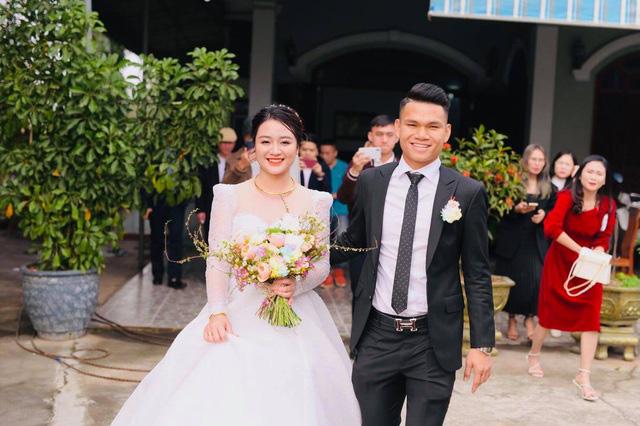 """Cầu thủ """"nghèo"""" nhất U23 Việt Nam trao hoa cưới cho... người lạ - Ảnh 4."""