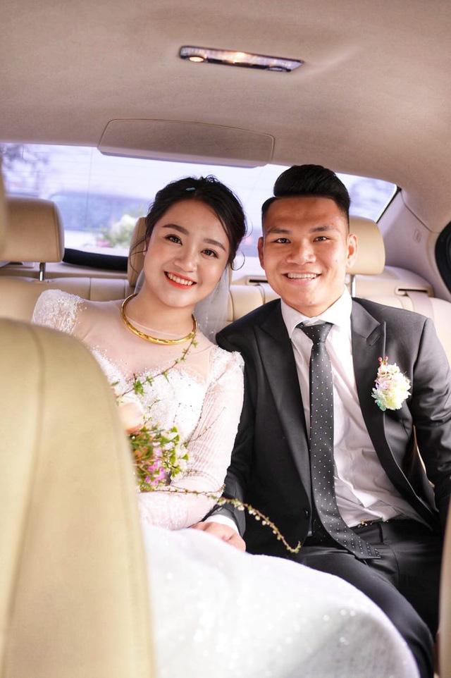 """Cầu thủ """"nghèo"""" nhất U23 Việt Nam trao hoa cưới cho... người lạ - Ảnh 6."""