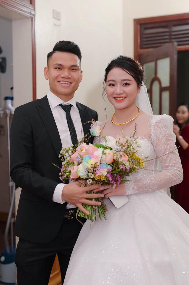 """Cầu thủ """"nghèo"""" nhất U23 Việt Nam trao hoa cưới cho... người lạ - Ảnh 7."""