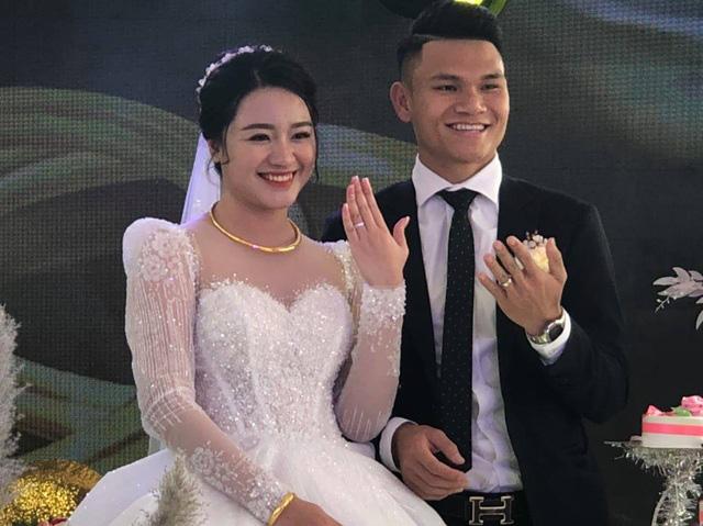 """Cầu thủ """"nghèo"""" nhất U23 Việt Nam trao hoa cưới cho... người lạ - Ảnh 8."""
