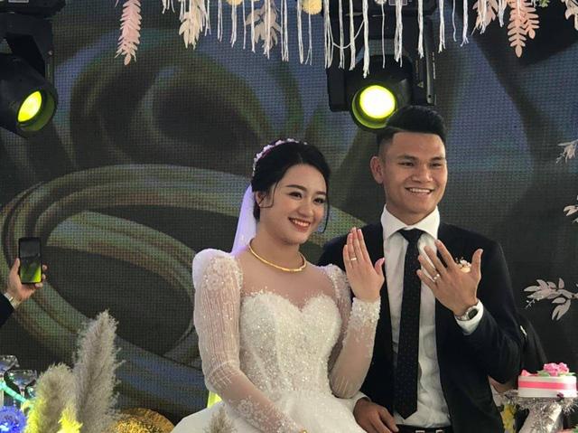"""Cầu thủ """"nghèo"""" nhất U23 Việt Nam trao hoa cưới cho... người lạ - Ảnh 9."""