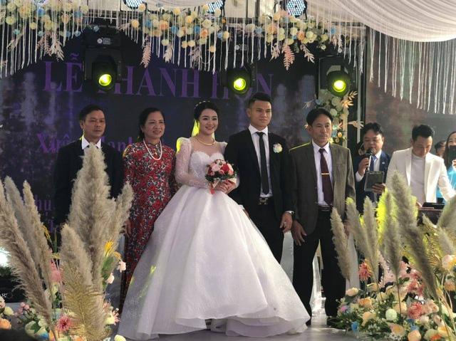"""Cầu thủ """"nghèo"""" nhất U23 Việt Nam trao hoa cưới cho... người lạ - Ảnh 10."""
