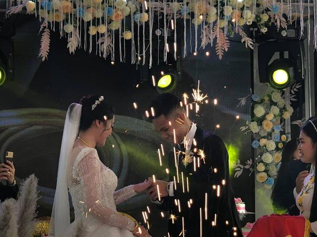 """Cầu thủ """"nghèo"""" nhất U23 Việt Nam trao hoa cưới cho... người lạ - Ảnh 11."""
