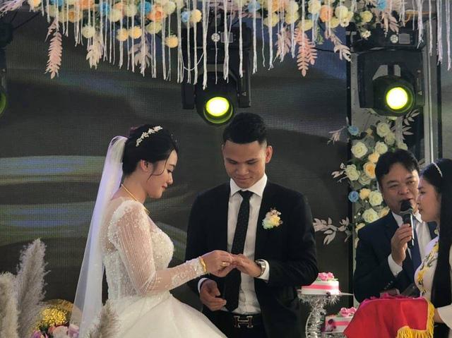"""Cầu thủ """"nghèo"""" nhất U23 Việt Nam trao hoa cưới cho... người lạ - Ảnh 12."""