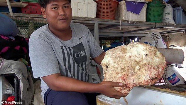 """Vô tình nhặt được hòn đá nghi long diên hương nặng 7 kg, ngư dân trẻ vớ bẫm được cả """"kho báu"""" tiền tỷ - Ảnh 2."""