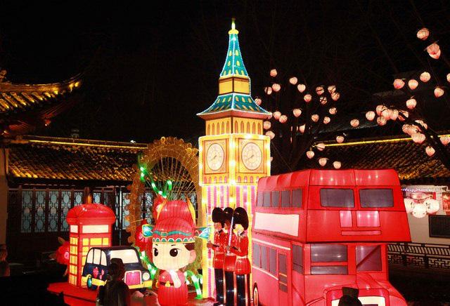 Rực rỡ sắc màu với lễ hội đèn lồng Tần Hoài trong dịp Tết Nguyên Đán - Ảnh 2.