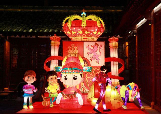 Rực rỡ sắc màu với lễ hội đèn lồng Tần Hoài trong dịp Tết Nguyên Đán - Ảnh 3.