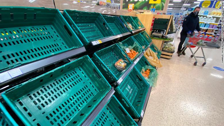 Kệ hàng siêu thị trống rỗng, cá thối rữa không kịp xuất khẩu: Anh trả giá đắt hậu Brexit - Ảnh 4.