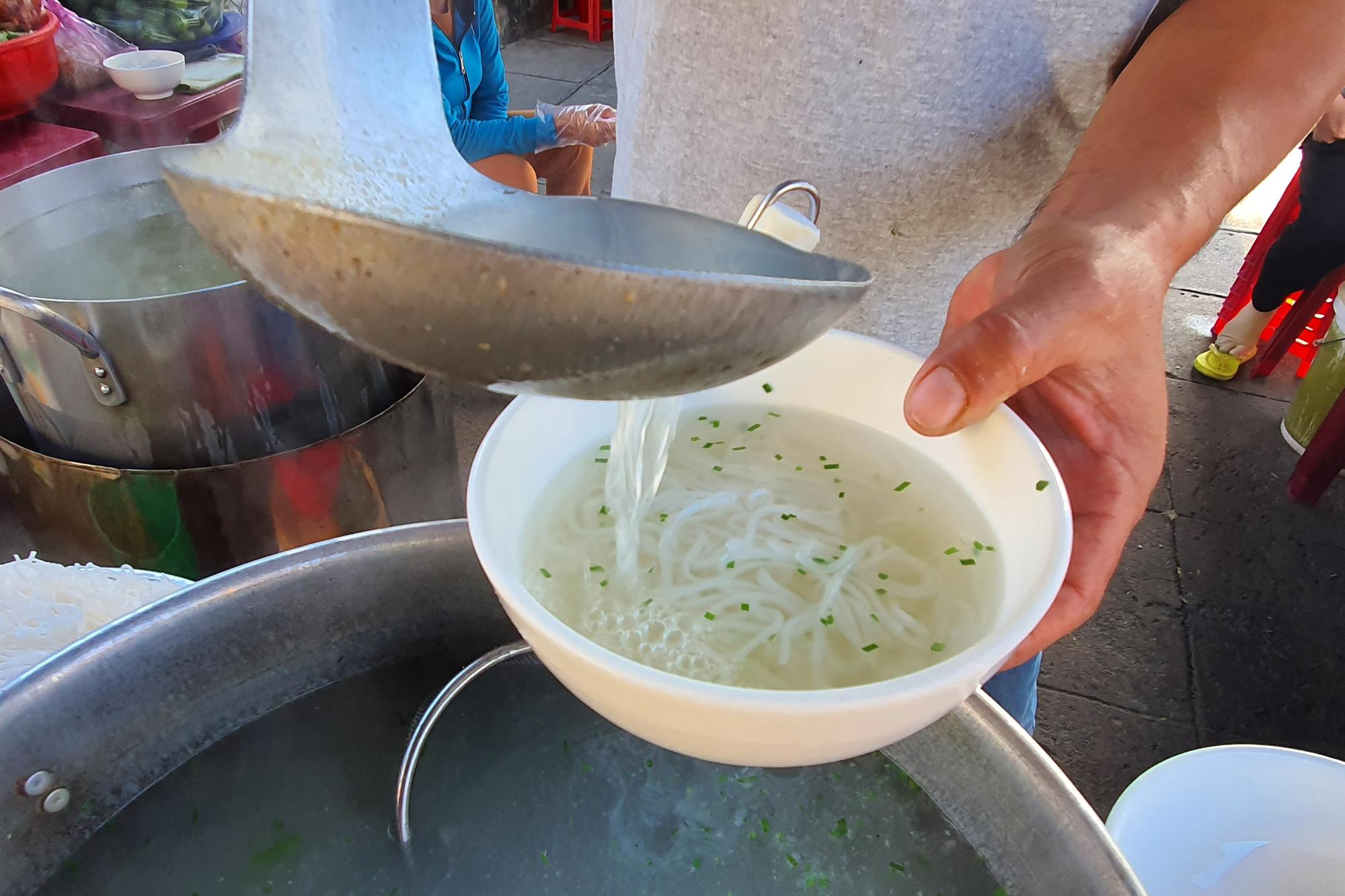 Món bánh canh ngon trứ danh ở Phú Yên, thực khách vừa ăn vừa xuýt xoa - Ảnh 5.