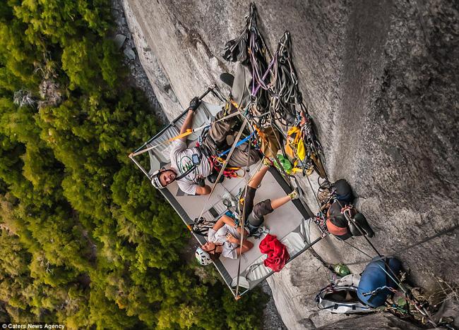 Cảm giác thế nào khi ngủ trên một vách núi dựng đứng? - Ảnh 4.