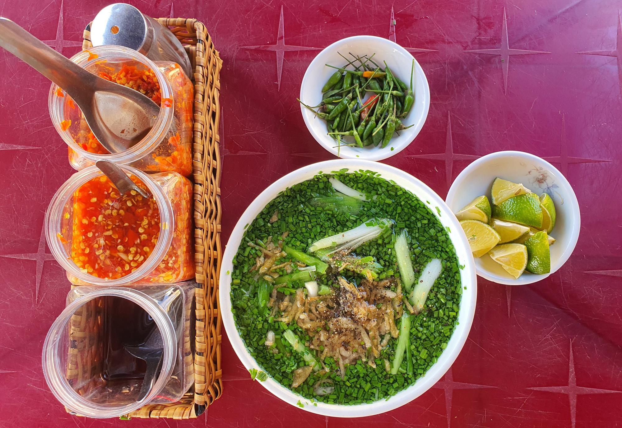 Món bánh canh ngon trứ danh ở Phú Yên, thực khách vừa ăn vừa xuýt xoa - Ảnh 1.