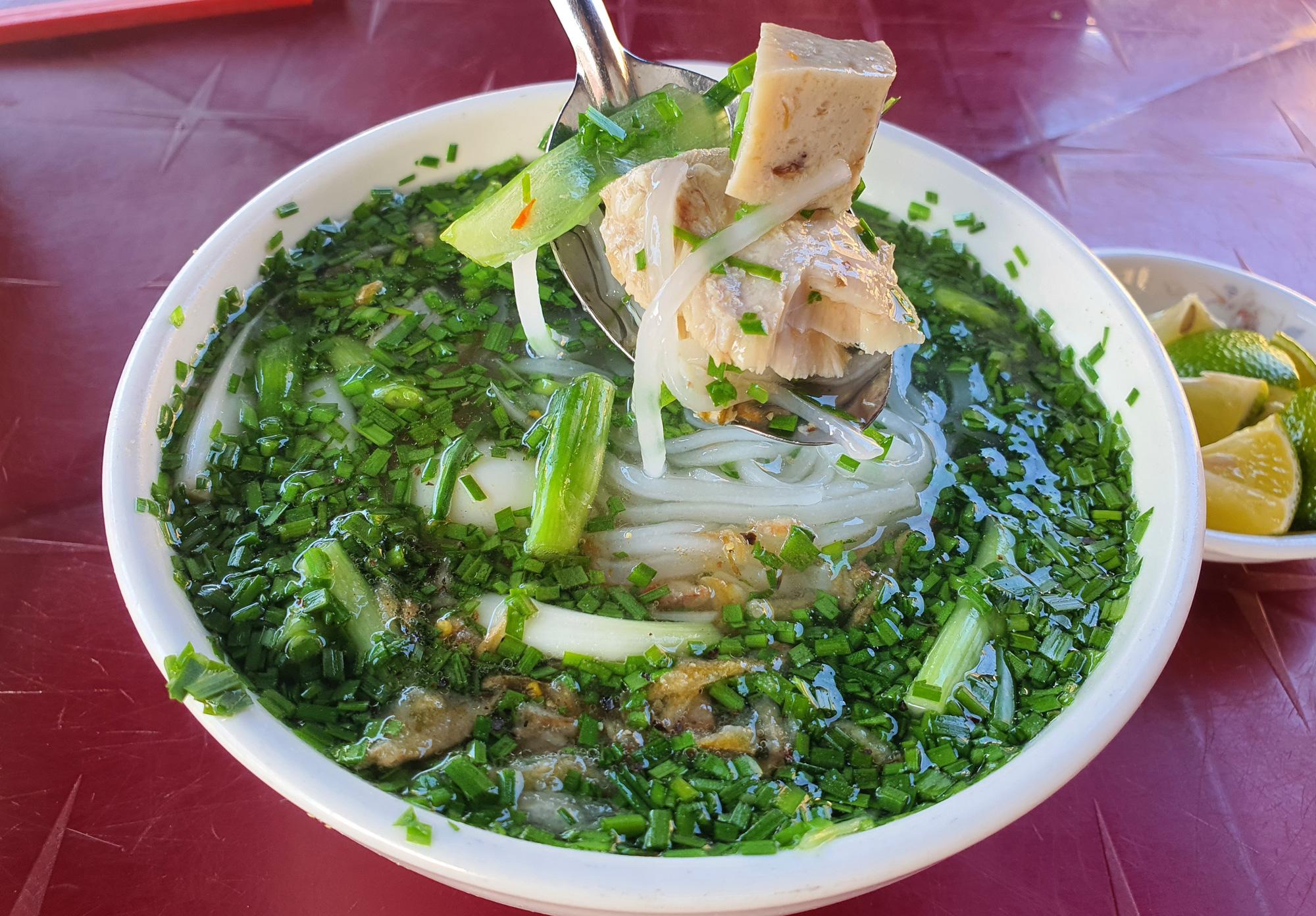 Món bánh canh ngon trứ danh ở Phú Yên, thực khách vừa ăn vừa xuýt xoa - Ảnh 10.