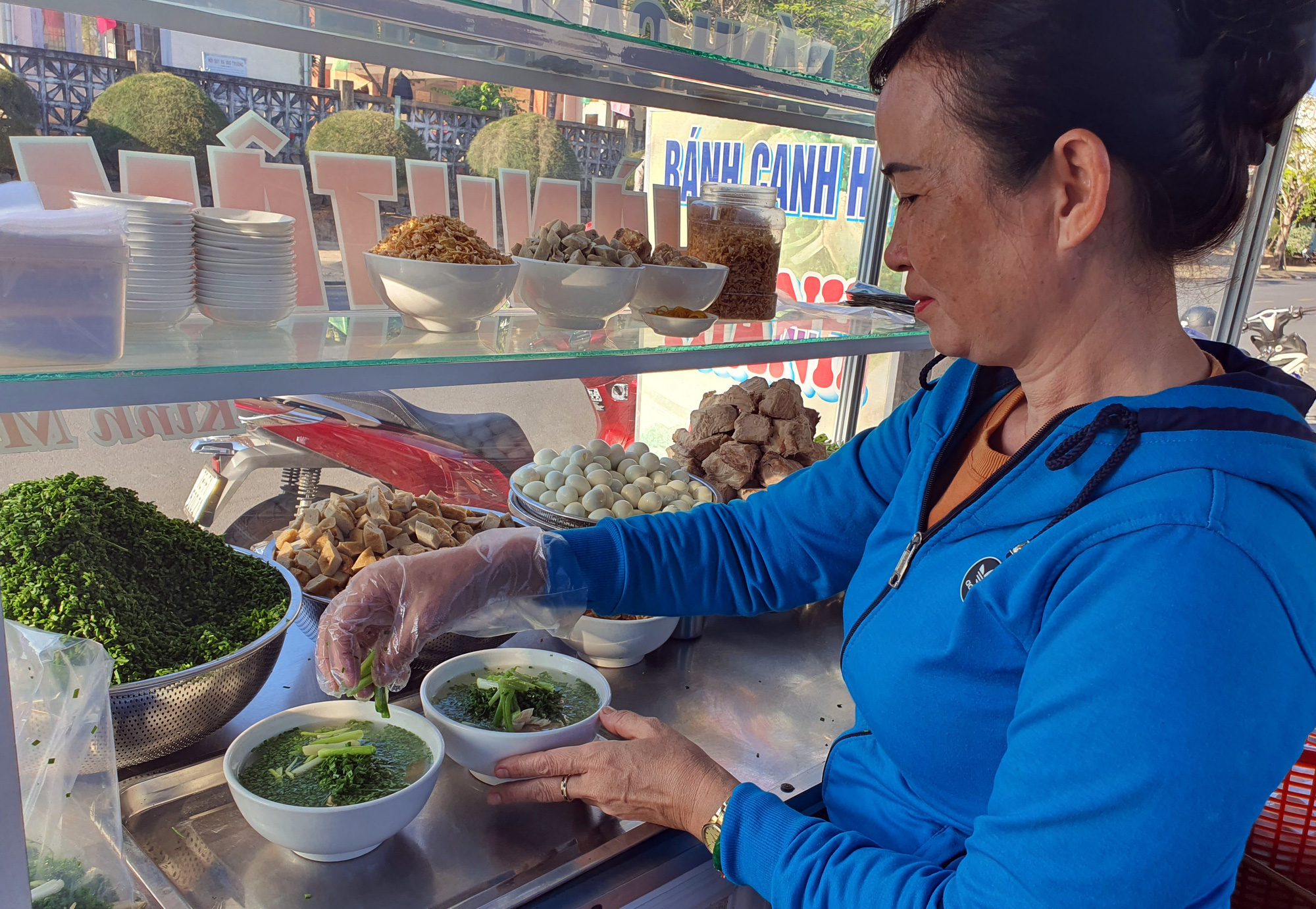 Món bánh canh ngon trứ danh ở Phú Yên, thực khách vừa ăn vừa xuýt xoa - Ảnh 2.