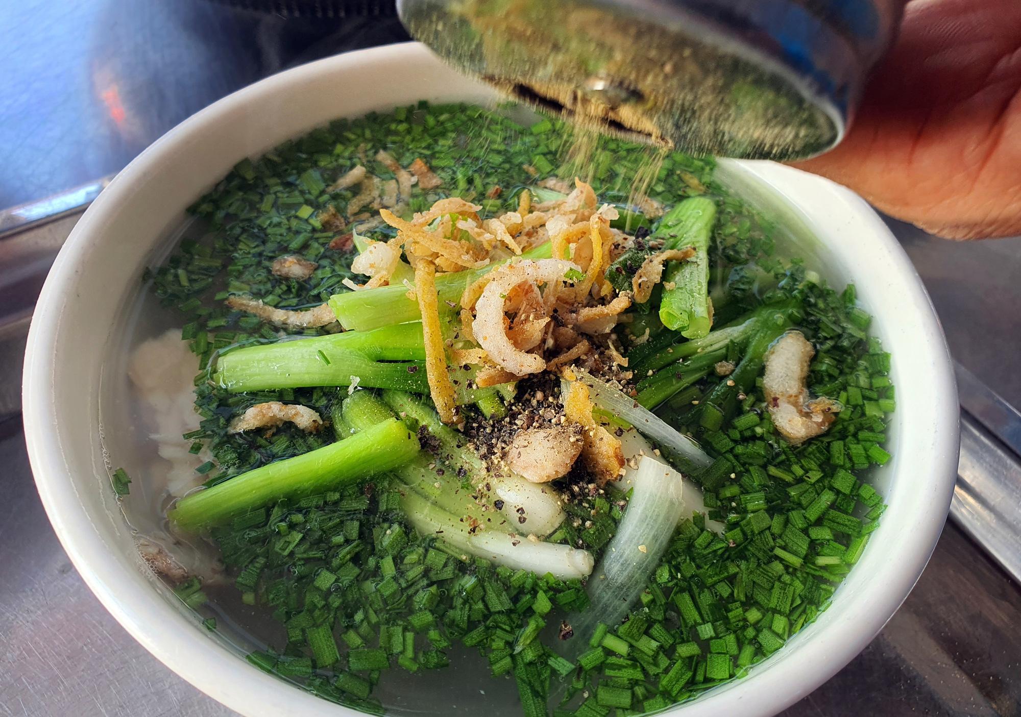 Món bánh canh ngon trứ danh ở Phú Yên, thực khách vừa ăn vừa xuýt xoa - Ảnh 8.