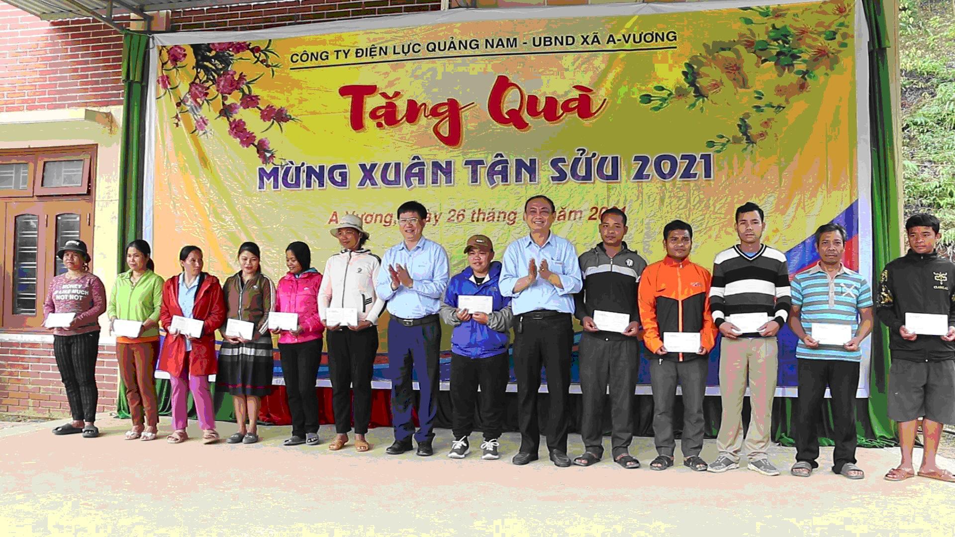 Công ty Điện lực Quảng Nam thăm, tặng quà tết cho người dân xã A Vương - Ảnh 1.