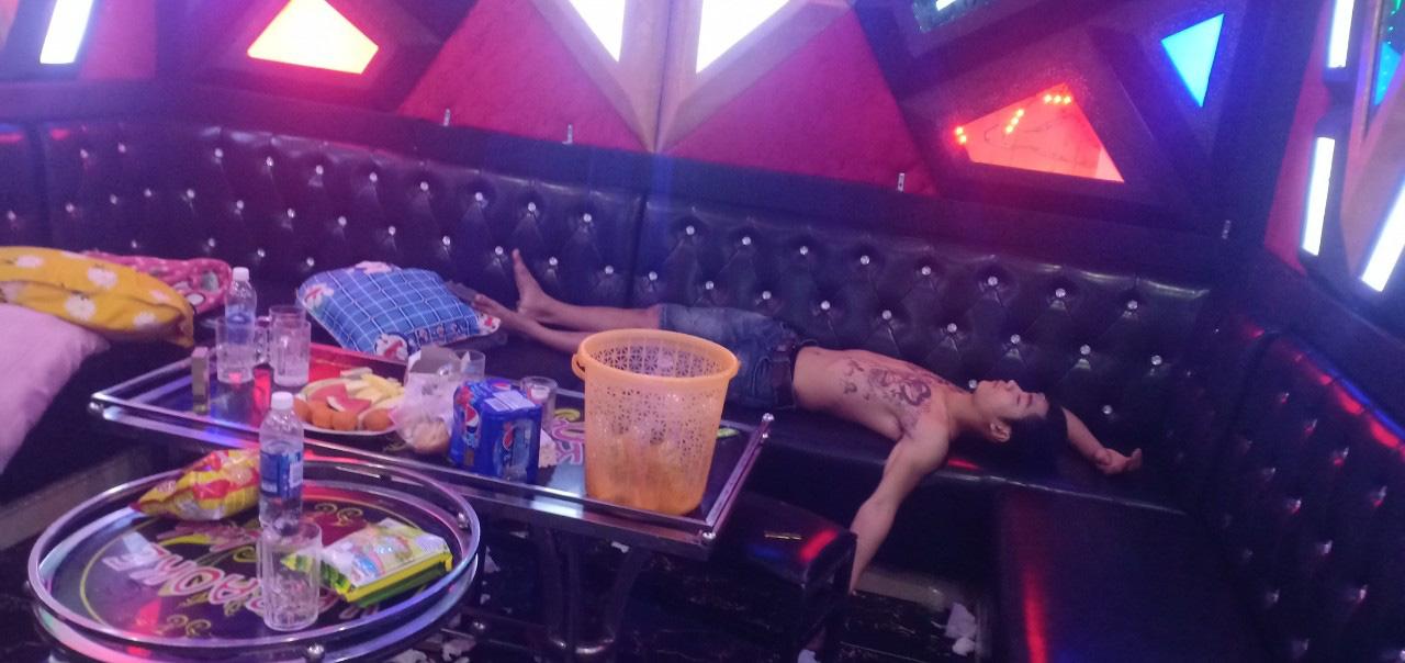 """Quảng Nam: Hai đôi nam nữ """"lên tiên"""" với ma túy ở quán Karaoke  - Ảnh 2."""