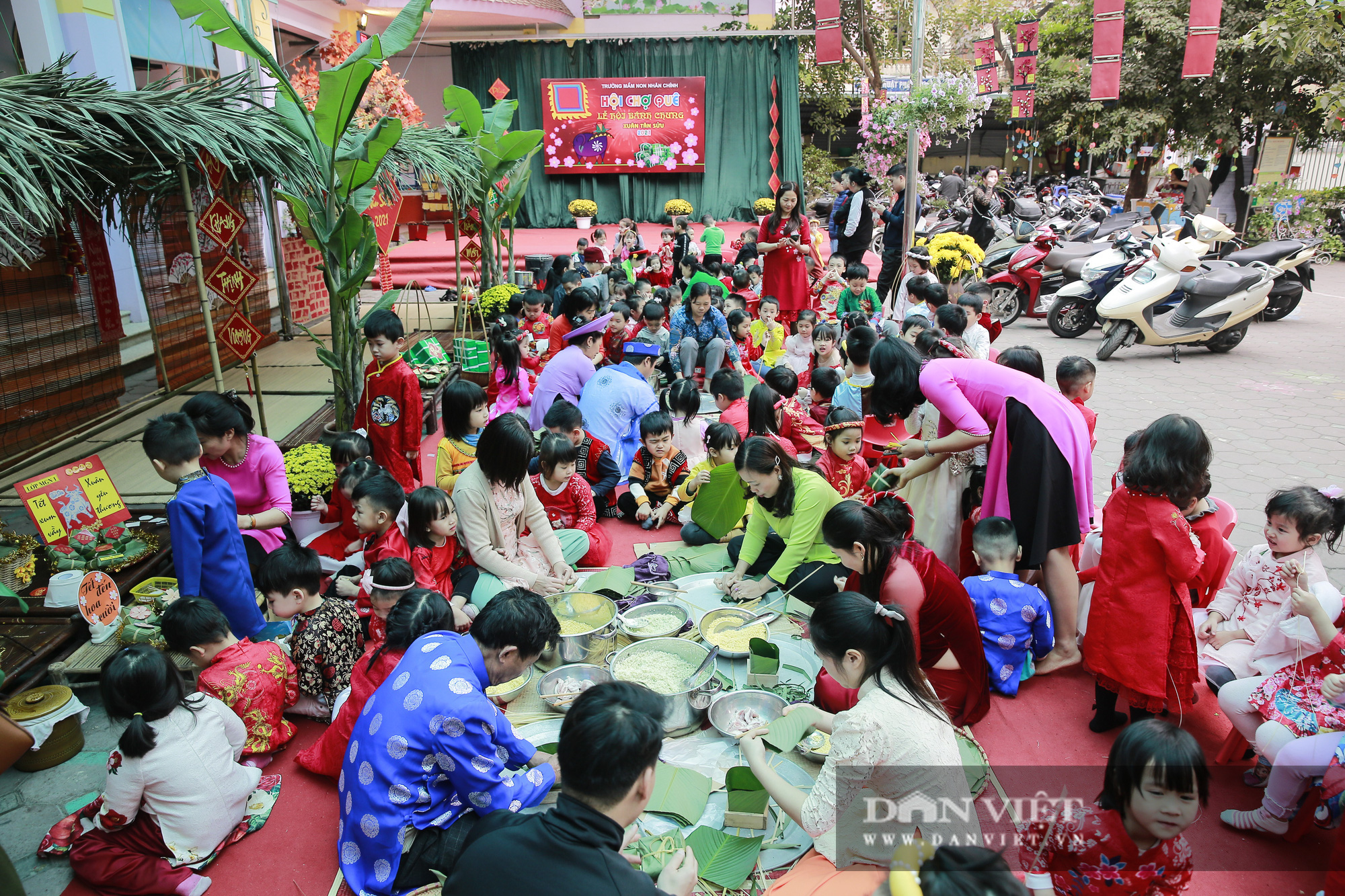 Trẻ em Hà Nội hào hứng khi lần đầu được gói bánh chưng cùng cha mẹ - Ảnh 1.