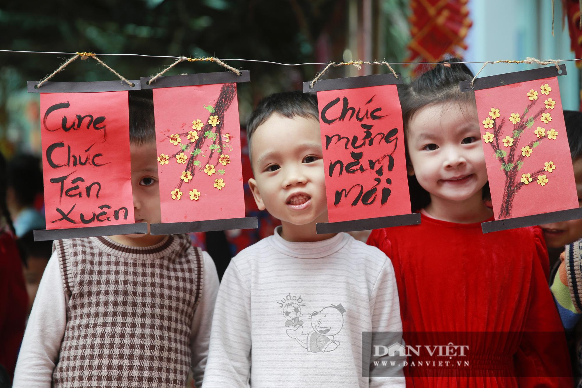 Trẻ em Hà Nội hào hứng khi lần đầu được gói bánh chưng cùng cha mẹ - Ảnh 10.