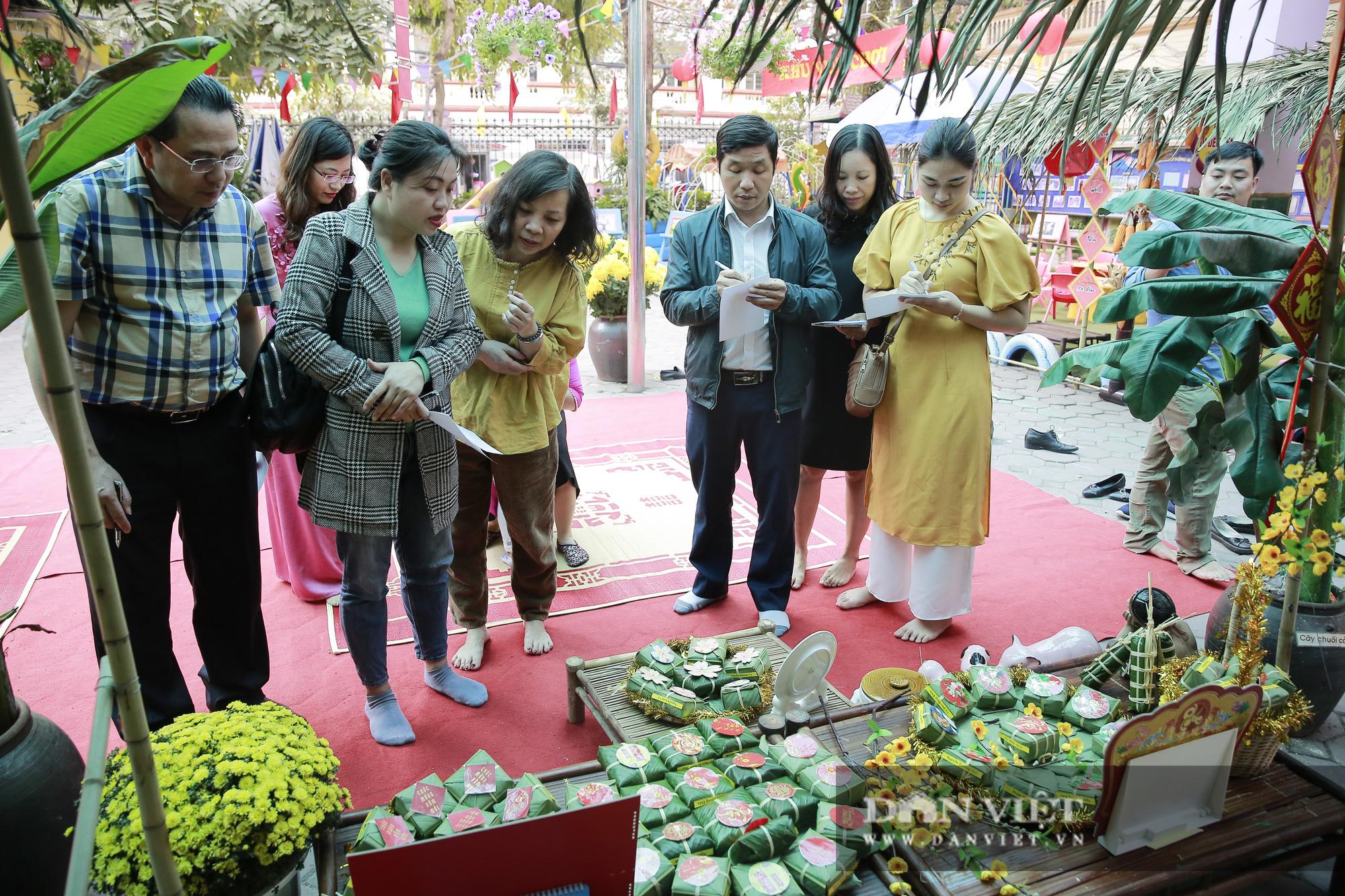 Trẻ em Hà Nội hào hứng khi lần đầu được gói bánh chưng cùng cha mẹ - Ảnh 11.