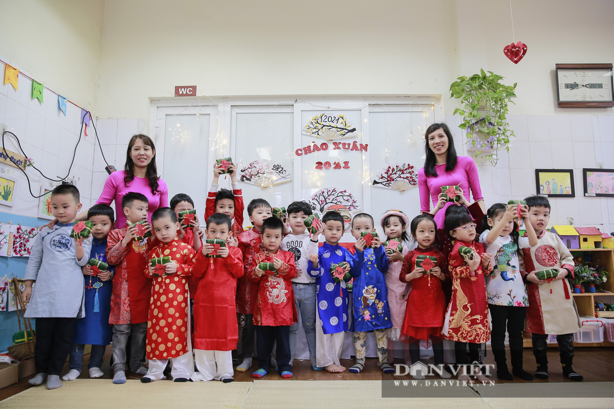 Trẻ em Hà Nội hào hứng khi lần đầu được gói bánh chưng cùng cha mẹ - Ảnh 12.