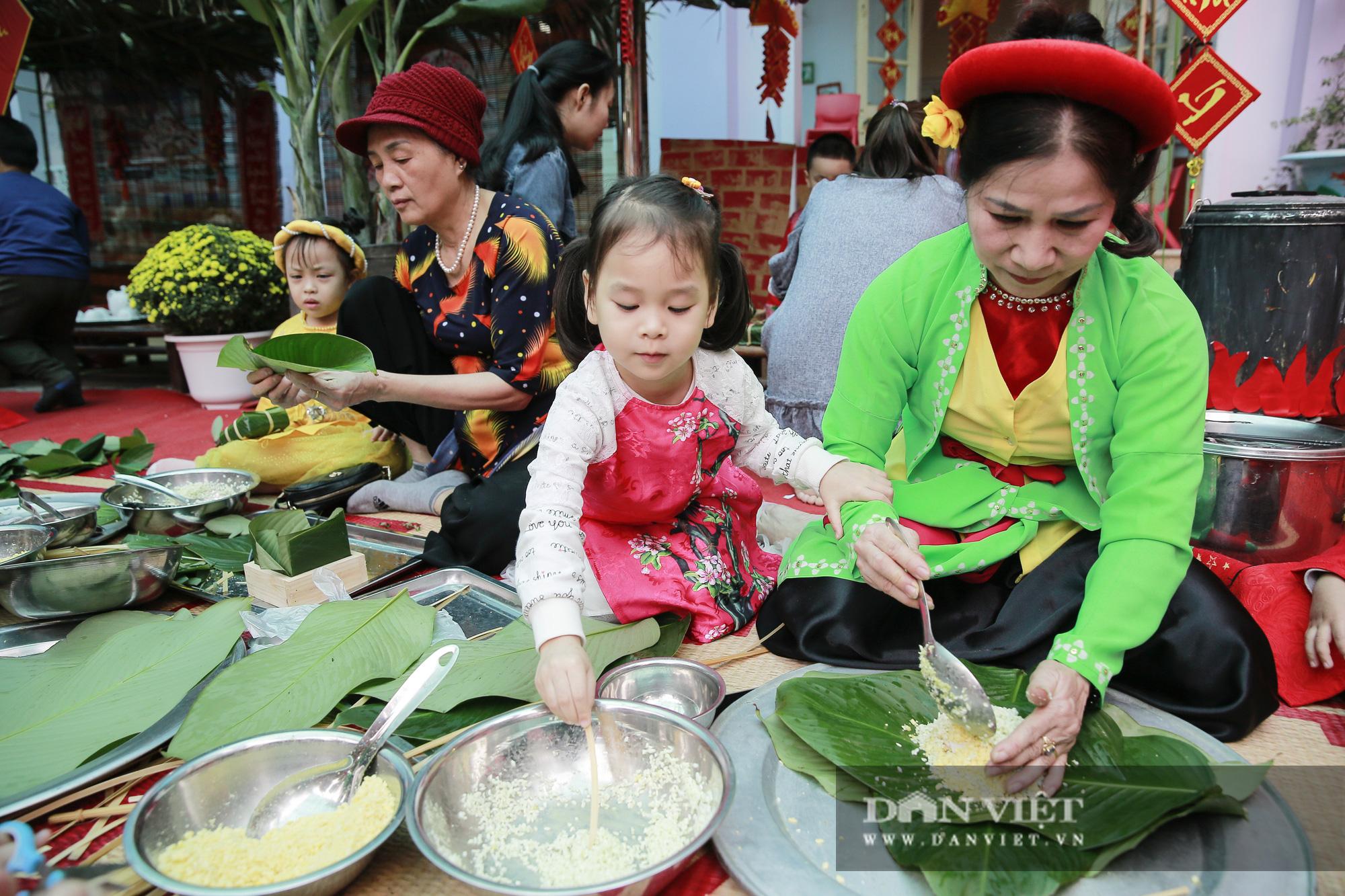 Trẻ em Hà Nội hào hứng khi lần đầu được gói bánh chưng cùng cha mẹ - Ảnh 2.