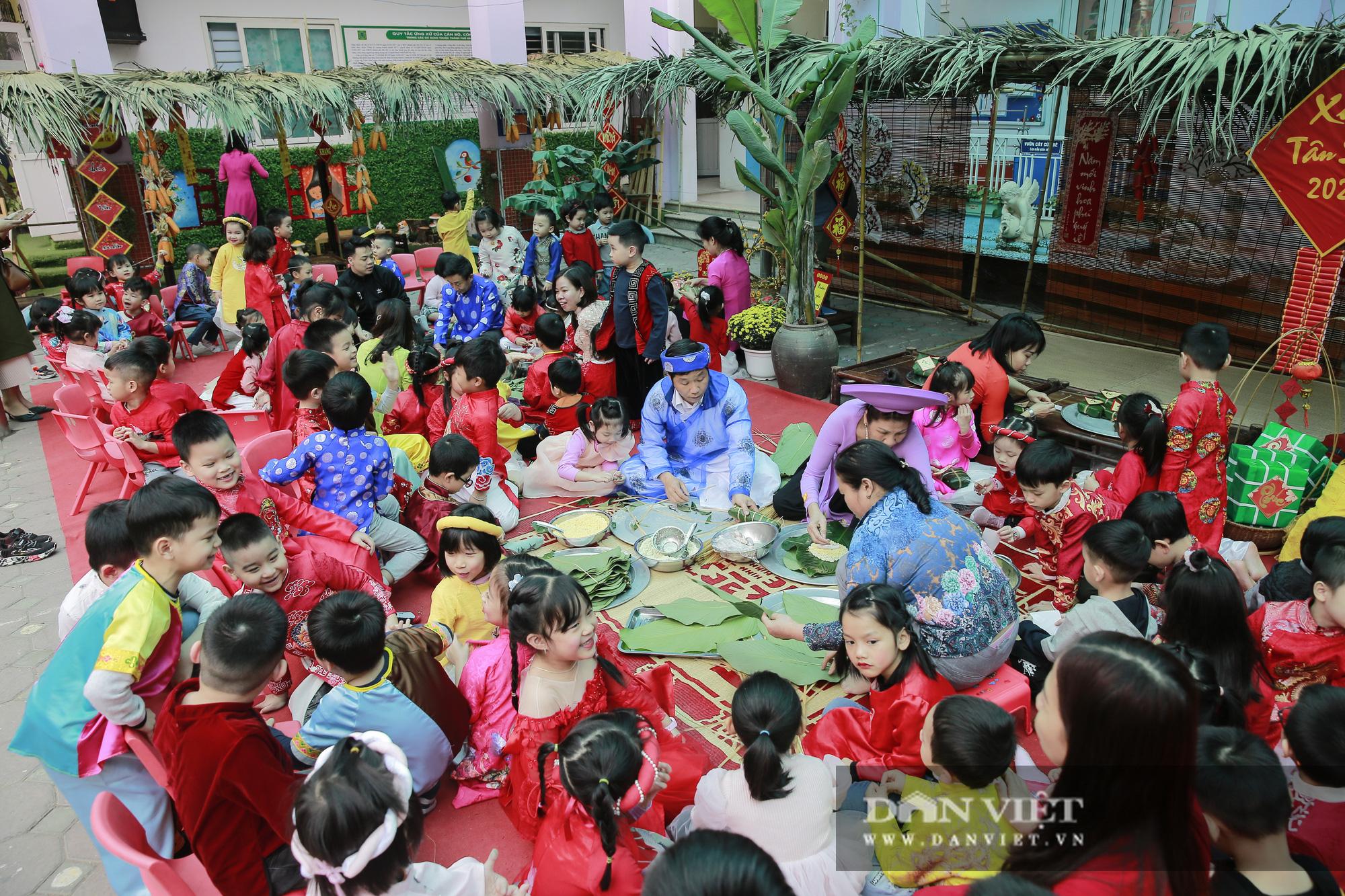 Trẻ em Hà Nội hào hứng khi lần đầu được gói bánh chưng cùng cha mẹ - Ảnh 3.