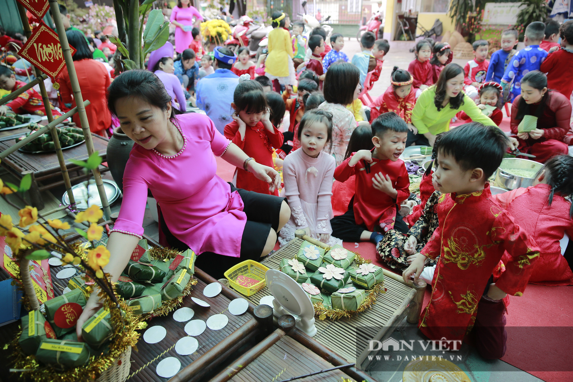 Trẻ em Hà Nội hào hứng khi lần đầu được gói bánh chưng cùng cha mẹ - Ảnh 5.