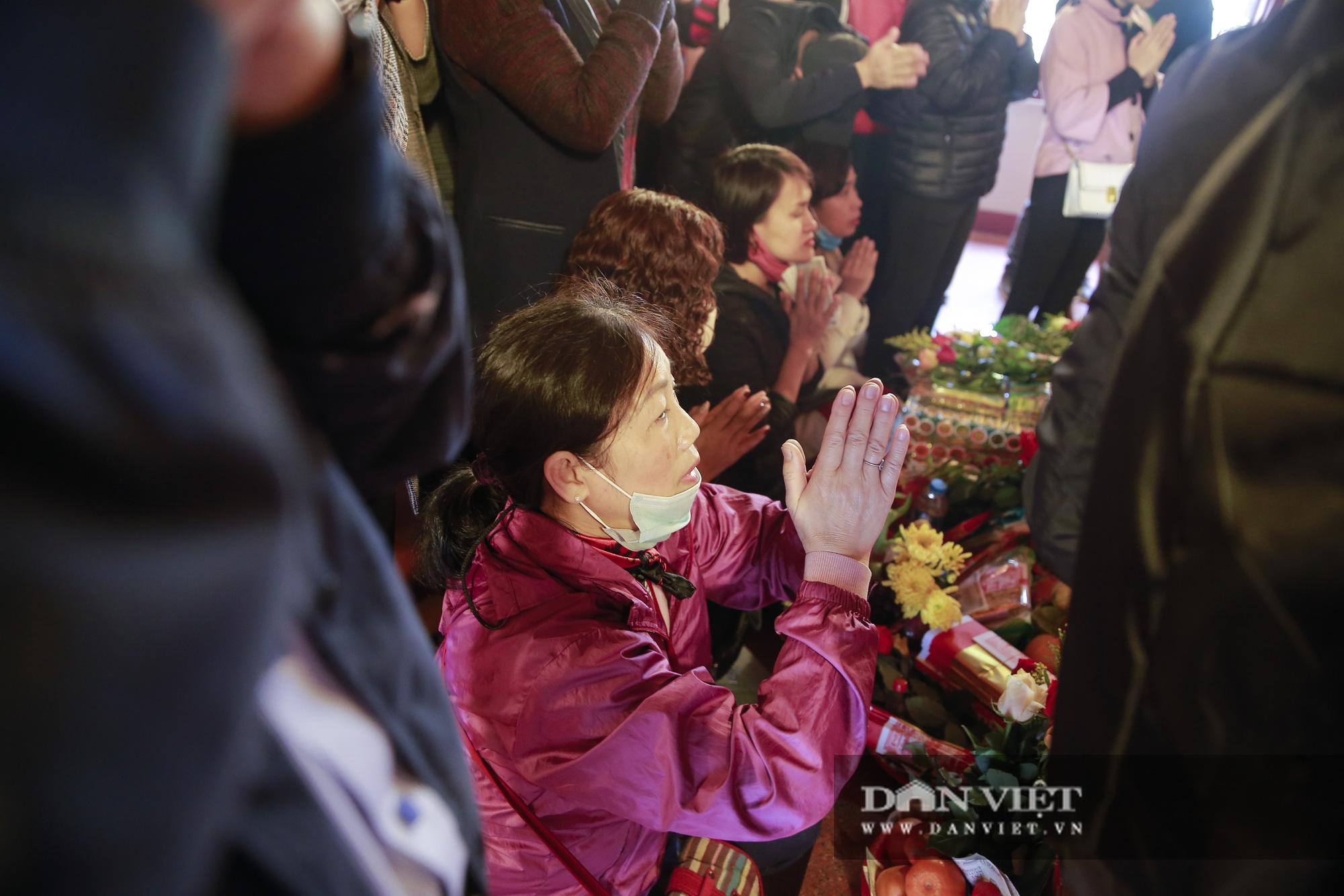 Người dân ùn ùn đến Phủ Tây Hồ tạ lễ ngày Rằm tháng Chạp - Ảnh 6.