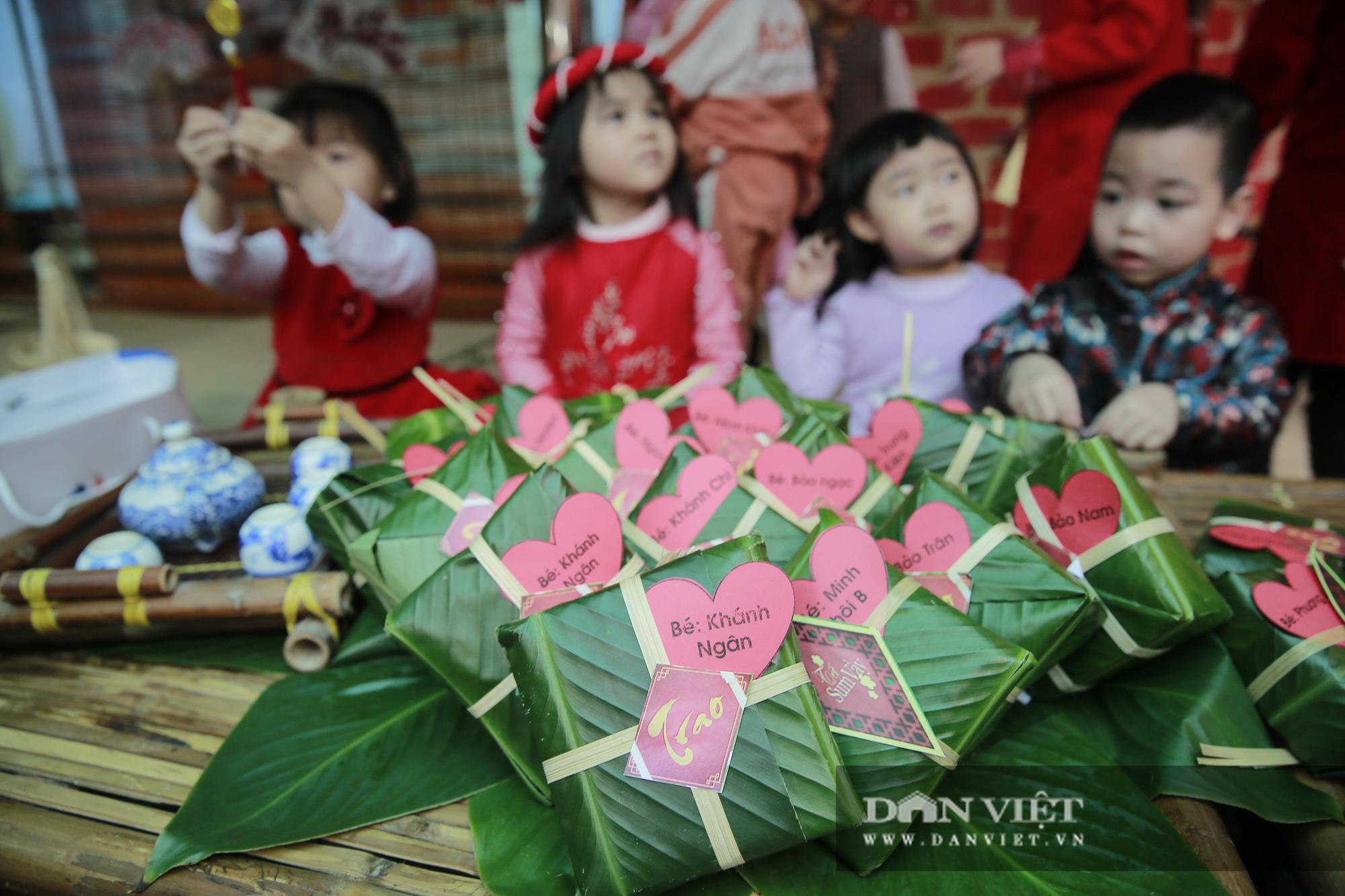 Trẻ em Hà Nội hào hứng khi lần đầu được gói bánh chưng cùng cha mẹ - Ảnh 7.
