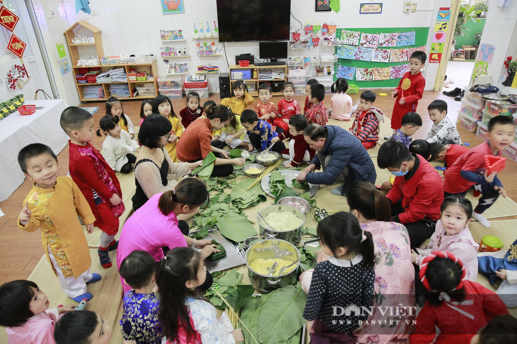 Trẻ em Hà Nội hào hứng khi lần đầu được gói bánh chưng cùng cha mẹ - Ảnh 8.