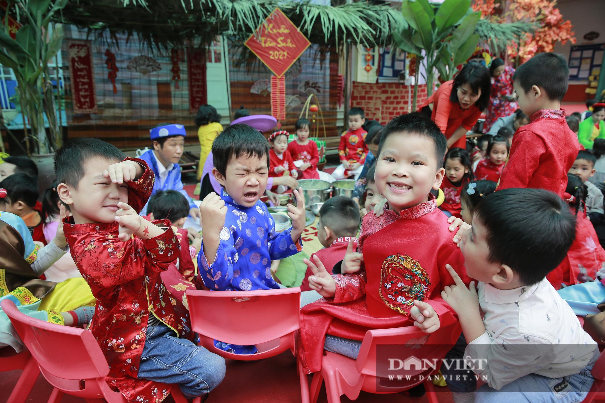 Trẻ em Hà Nội hào hứng khi lần đầu được gói bánh chưng cùng cha mẹ - Ảnh 9.