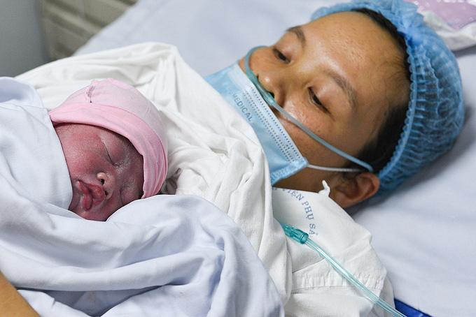 Phụ nữ sinh đủ hai con trước 35 tuổi được thưởng tiền - Ảnh 1.