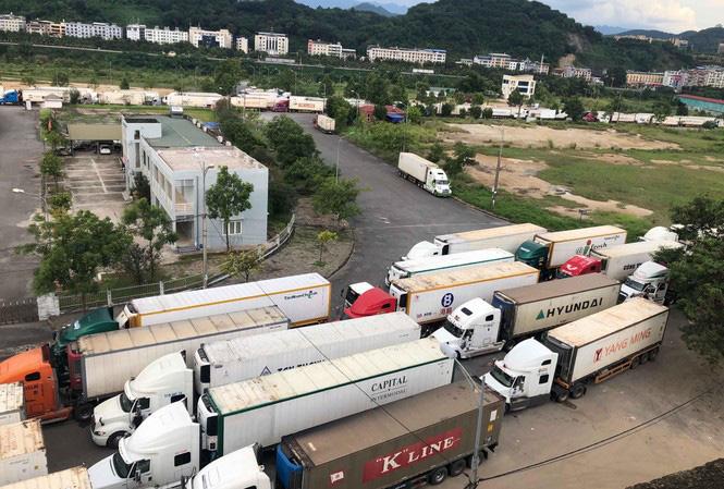 Gỡ khó xe nông sản ùn ứ tại cửa khẩu Kim Thành - Ảnh 1.