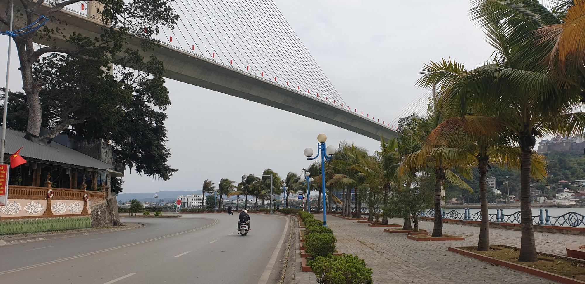 Những hình ảnh mới nhất từ Quảng Ninh sau khi phát hiện ca Covid-19 lây nhiễm trong cộng đồng  - Ảnh 2.