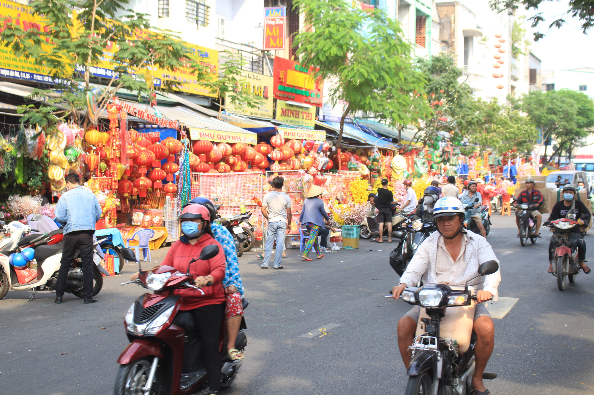 Giới trẻ check-in tuyến đường tết đỏ rực ở Sài Gòn, người bán vui vẻ nhưng tiết lộ điều này - Ảnh 1.