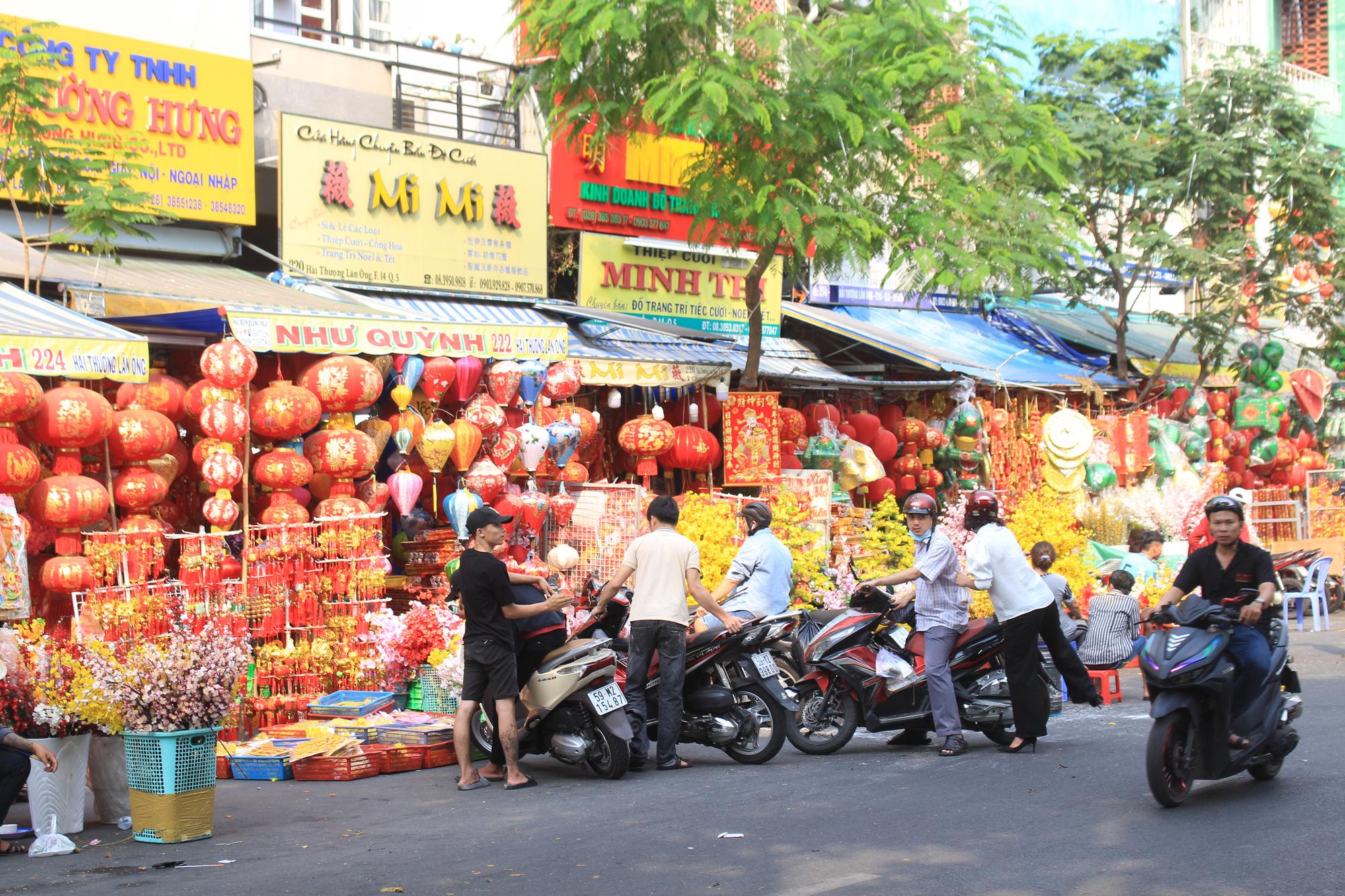 Giới trẻ check-in tuyến đường tết đỏ rực ở Sài Gòn, người bán vui vẻ nhưng tiết lộ điều này - Ảnh 9.