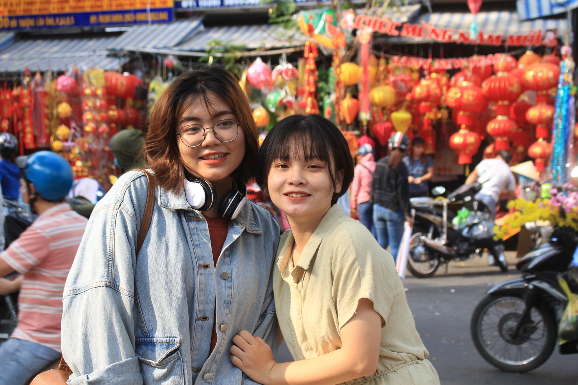 Giới trẻ check-in tuyến đường tết đỏ rực ở Sài Gòn, người bán vui vẻ nhưng tiết lộ điều này - Ảnh 3.