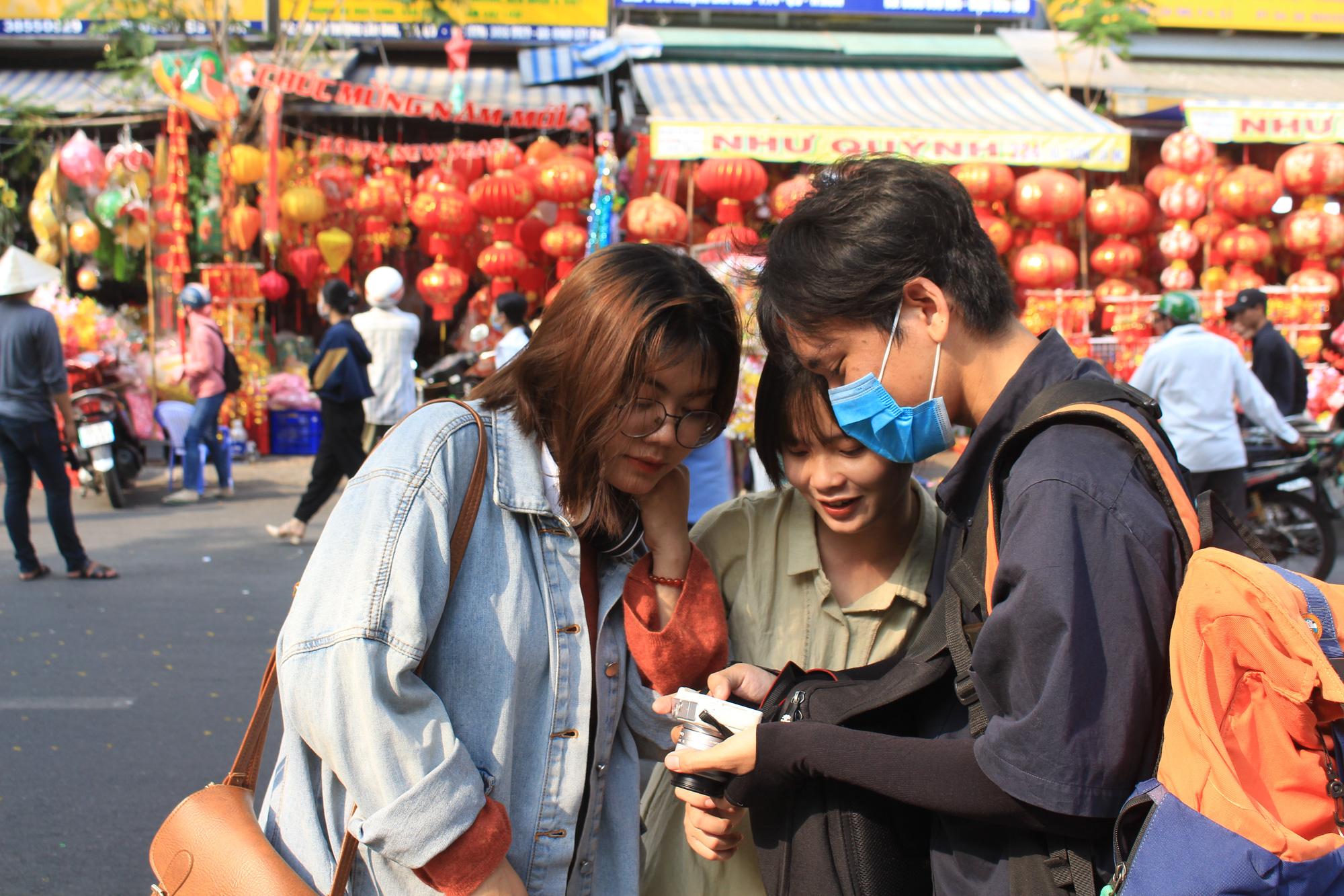 Giới trẻ check-in tuyến đường tết đỏ rực ở Sài Gòn, người bán vui vẻ nhưng tiết lộ điều này - Ảnh 2.