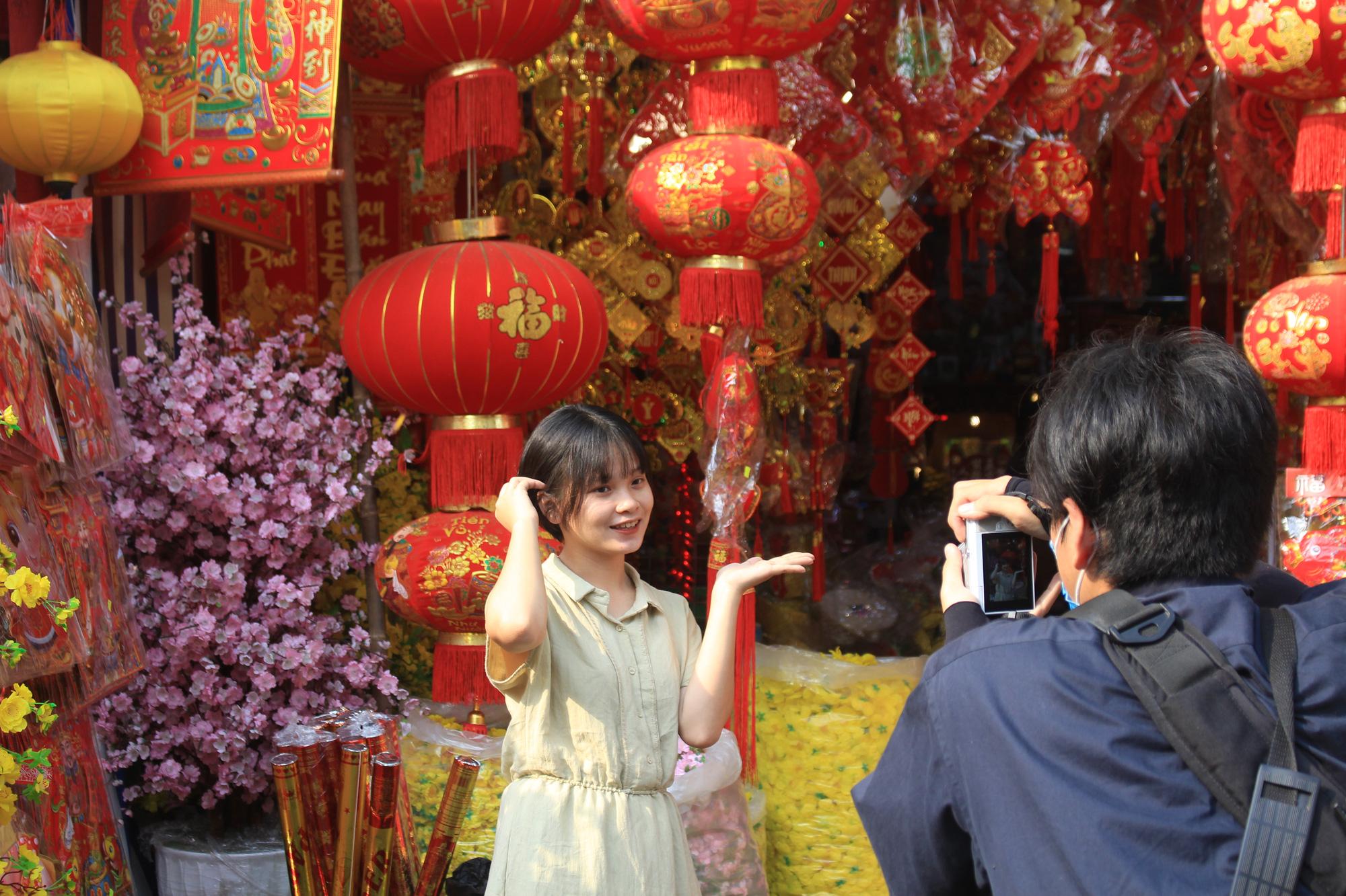 Giới trẻ check-in tuyến đường tết đỏ rực ở Sài Gòn, người bán vui vẻ nhưng tiết lộ điều này - Ảnh 4.