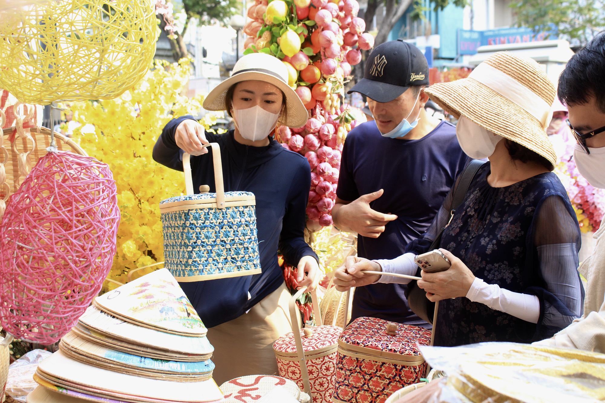 Giới trẻ check-in tuyến đường tết đỏ rực ở Sài Gòn, người bán vui vẻ nhưng tiết lộ điều này - Ảnh 7.